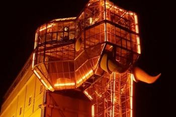 Glaselefant in Hamm in Orange